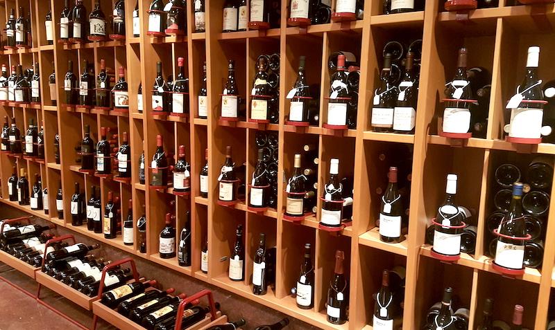 de 42 basta roda vinerna att lagra-vinbanken