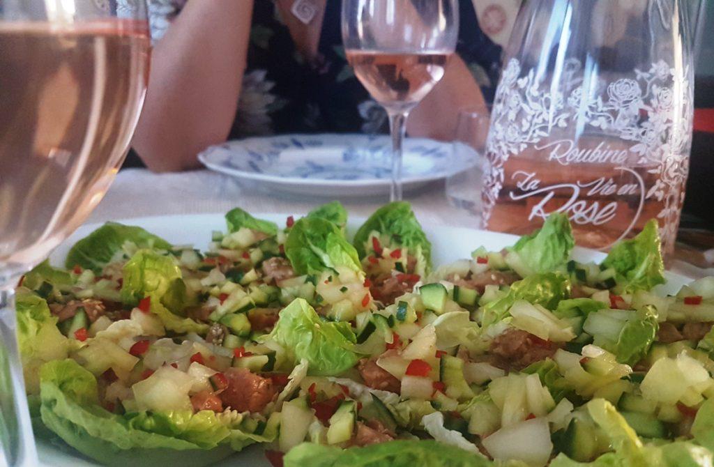 vin-till-lime-och-sesammarinerad-lax-med-gurk-och-melonsalsa-i-hjartsallad