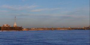sankt-petersburg-fastning-neva-med-is-vinbanken-feb-19