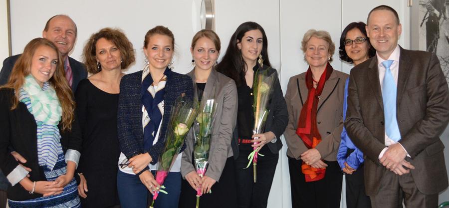 Sur la photo de gauche à droite Anouk, Manuel et Stéphanie Faure; Mesdames Ludivine DELALOYE, Lucile BONAZ, Yasmine Adel EL-HAJ, Christine Chappuis, Doyenne, Bita Bertossa, conseillère aux études et Monsieur Michel Hottelier, professeur de droit.
