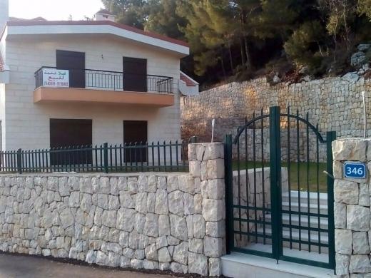 Villas in Dahr el-Souan - فيلا للبيع ضهر ألصوان مؤلفة من 3 طوابق 1600م, عمار 600م, مطلة لا تحجب, منطقة راقية, بناء جديد.