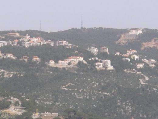 Land in Oyoun - برمانا ألعيون أرض للبيع مساحة 610 م, مطلة جبل, سهلة ألعمار, حدودها طريقين. ZONE 30/75.