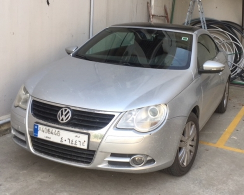Volkswagen in Beit el Chaar - VW EOS Convertible Very Good Condition 2009 Leather Black and Red