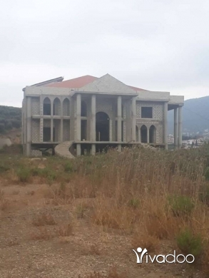 Apartments in Halba - ارض 6500 متر والكصر 800 متر وفي بيري جاز