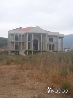Apartments in Halba - قصر مع أرض فيهن بير سعر موغري