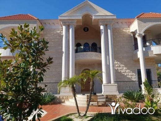 Villas in Beirut City - فيلا مفروشة للبيع بسوق الغرب