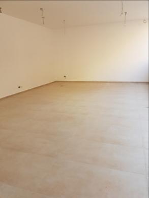Office Space in Hamra - للبيع صالة عرض 450م في الحمرا شارع ليون