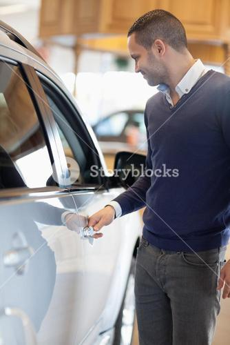 Man holding a car handle