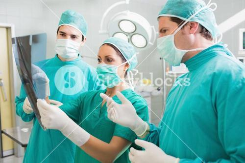 Surgical team speaking of a Xray