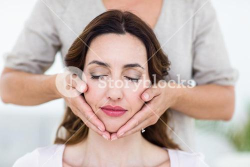 Woman getting reiki therapy