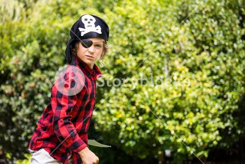 A kid with a costume of pirate is waiting the fight