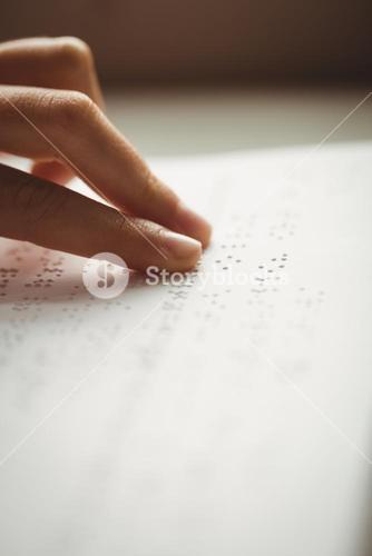 Readinn braille with hands