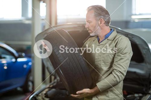 Mechanic holding a tyre