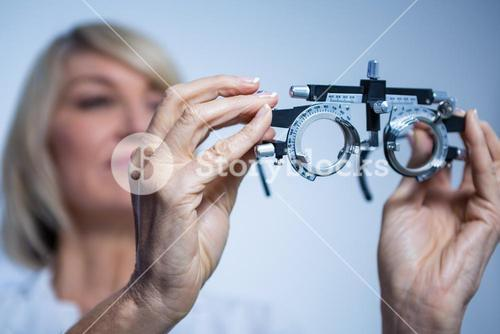 Female optometrist looking at messbrille