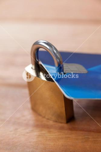 Smart card protected with metallic lock