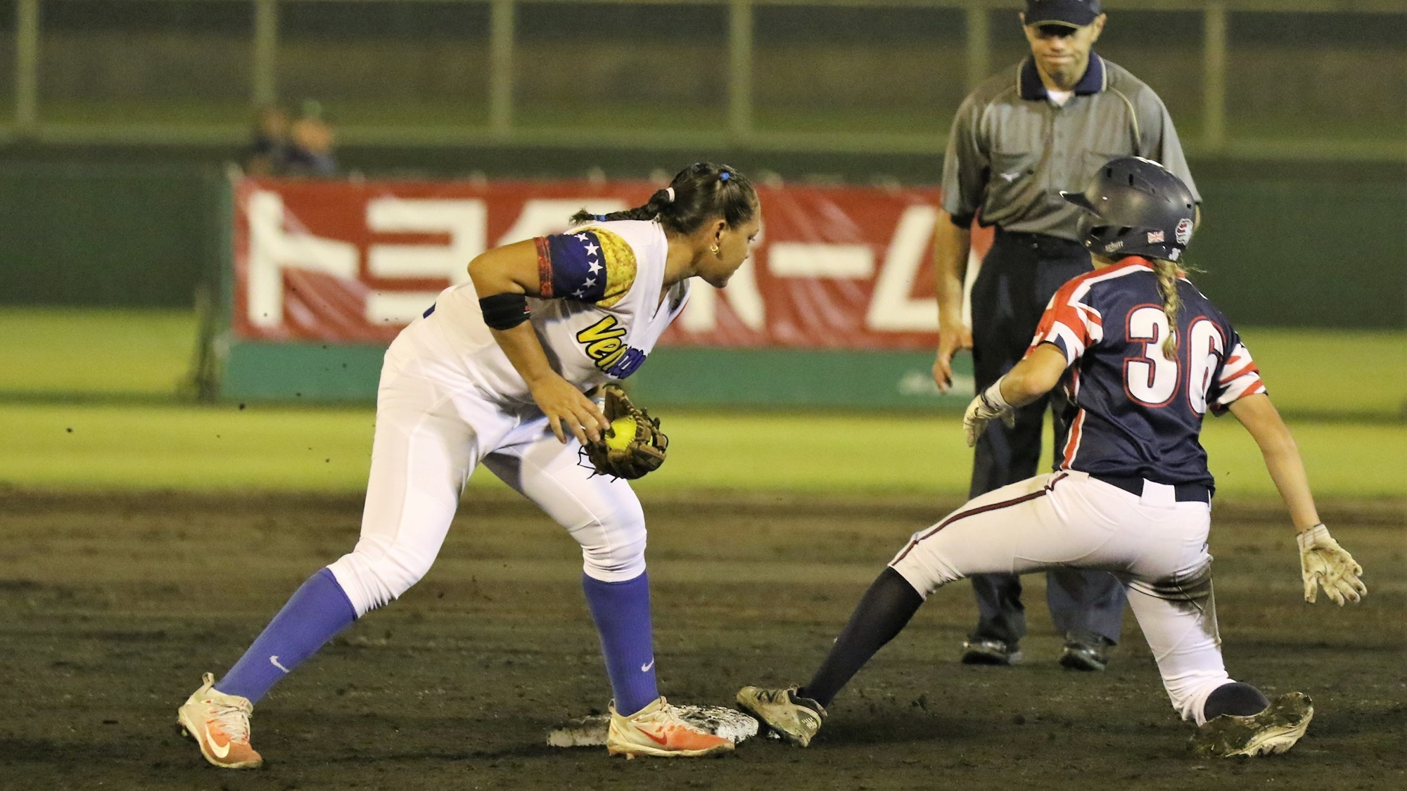 Kendyl Scott avoids a tag by Denisse Fuenmayor