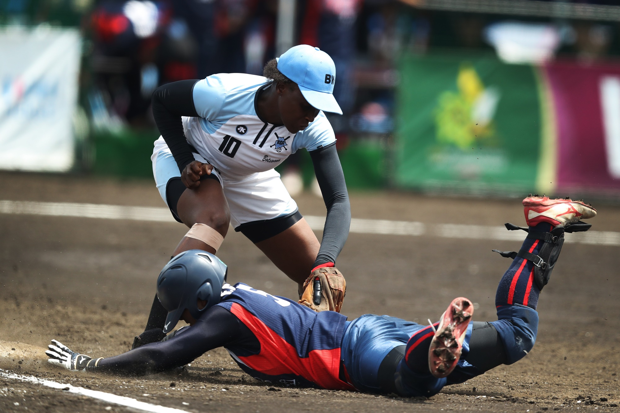 Lin Fen Cheng avoids a tag by Onalenna Ntibi