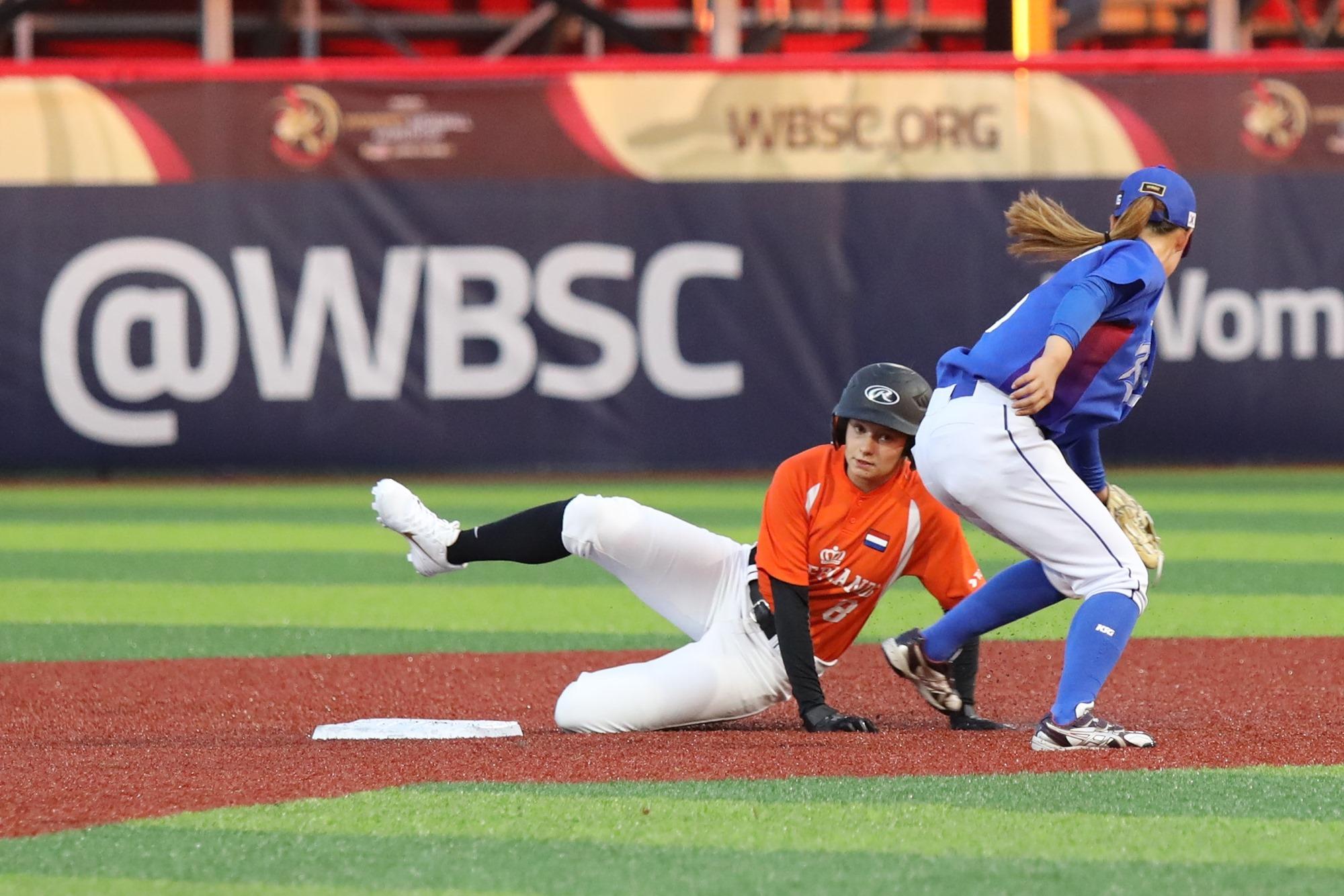Korea defends second base against The Netherlands