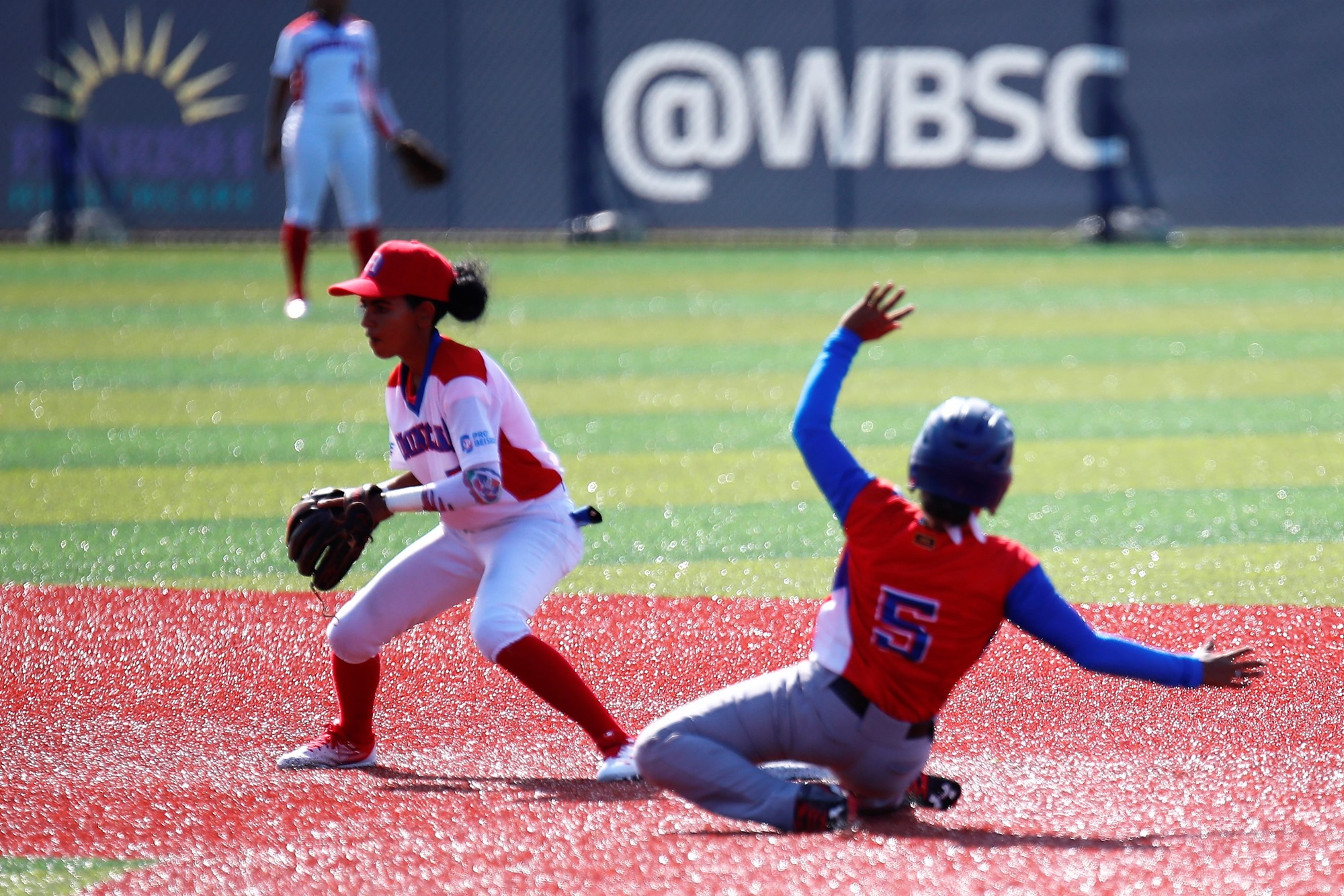 Cuba made a great use of the running game. Here Dayana Batista steals second