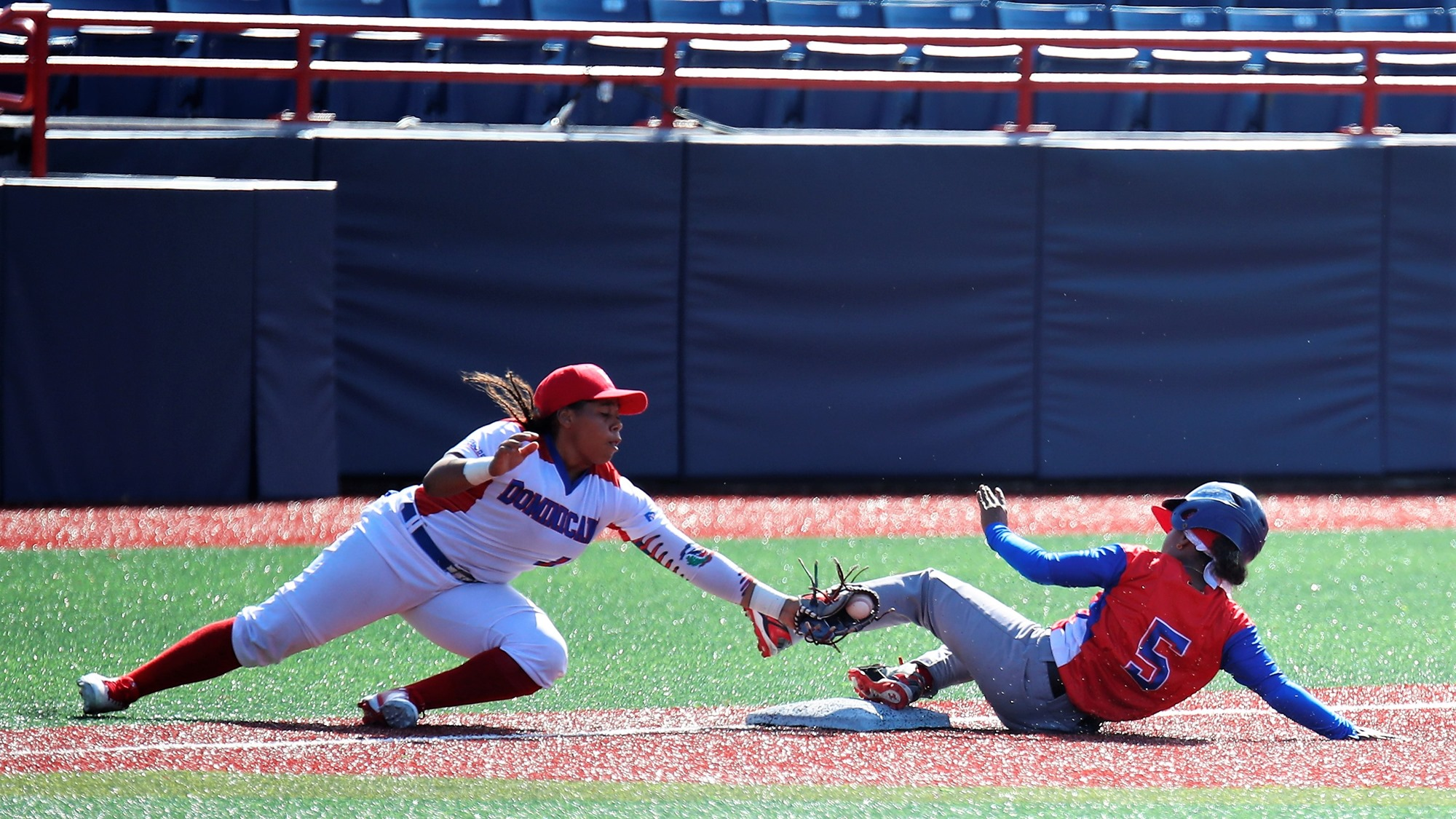 Dayana Batista steals third