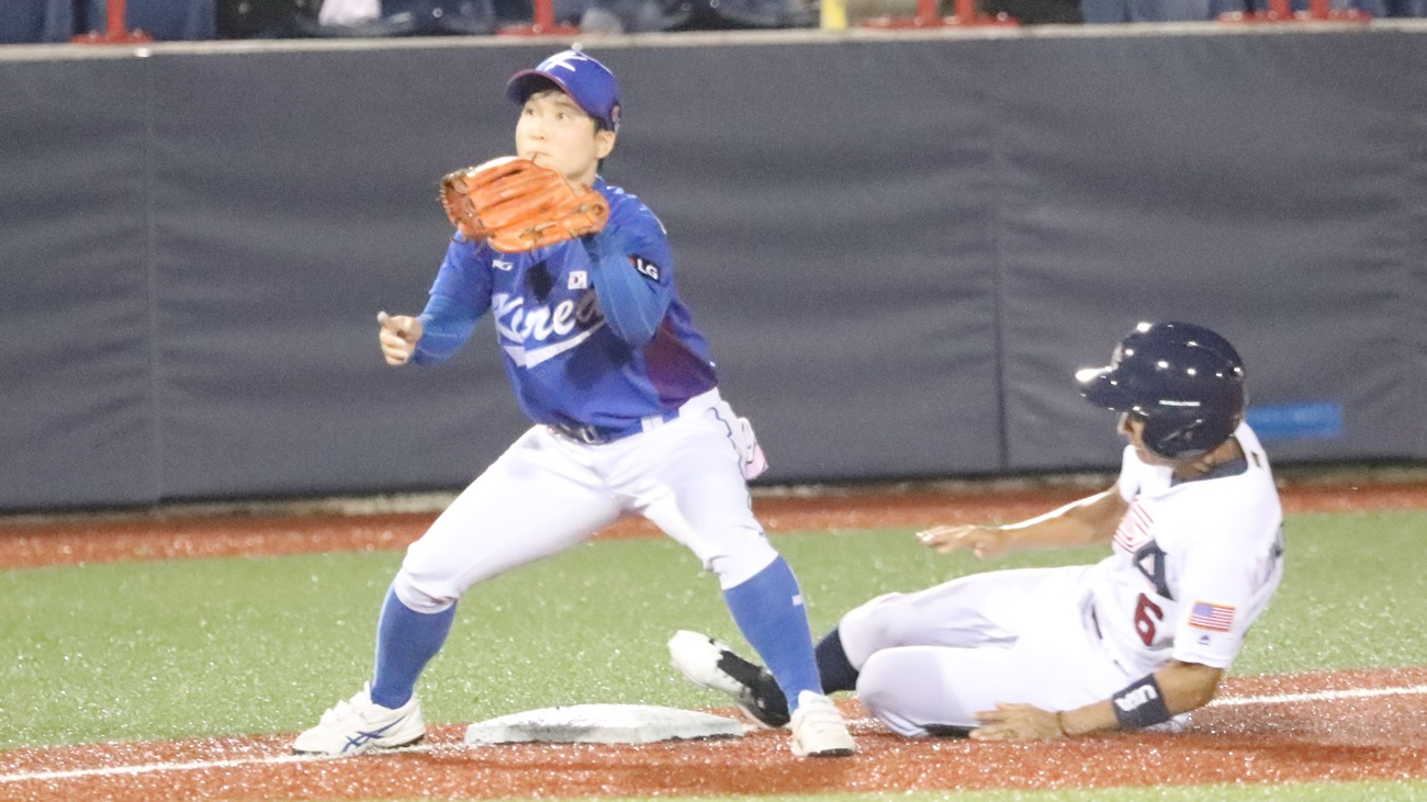 Underwood raggiunge la terza base contro la Corea. Difende Kim Soyeon
