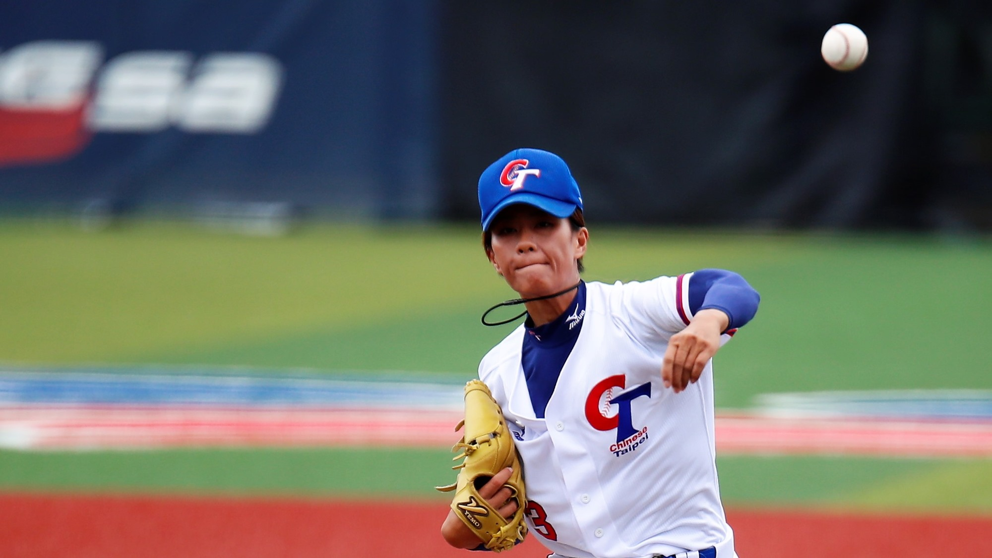 Huang Chiao Yung gave up four runs in the first inning, but went on to pitch a complete game and grab the win