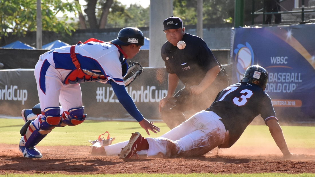 Yuyeon Park couldn't keep the ball after the tag, and Marek Chlup scores