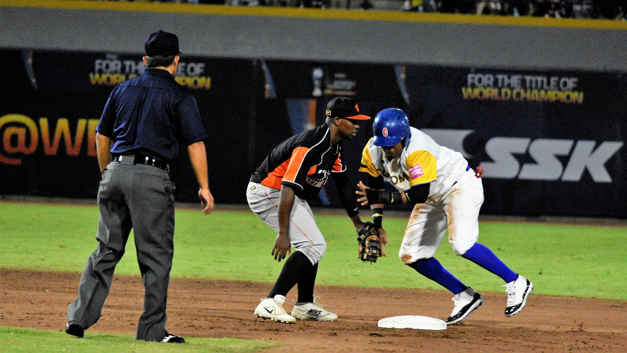 Juan Zabala runs the bases, Francinel Martina defends second base