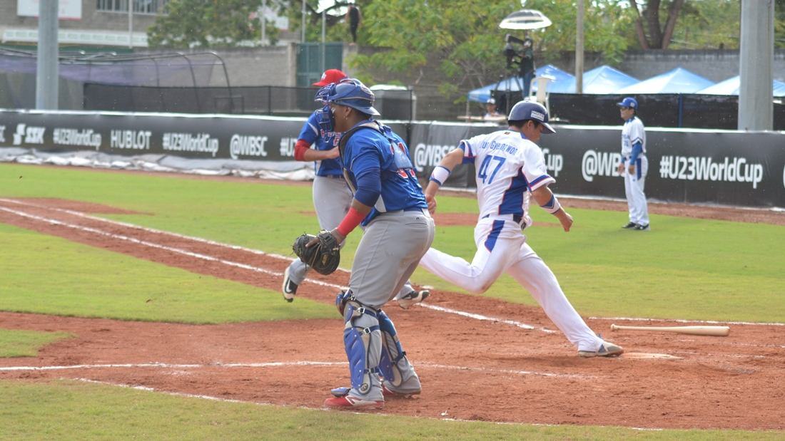 Jun scores the tying run in the second inning
