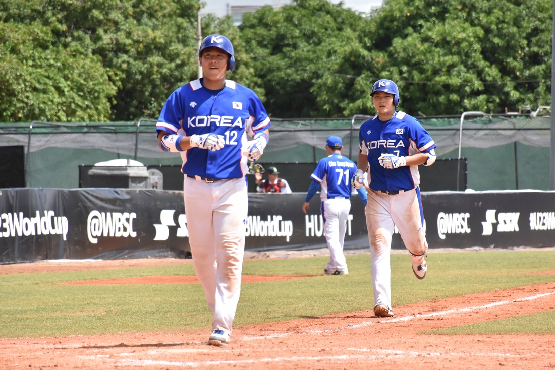 #7 Chanhyung Kim hit a 2R homer to plate Yuyeon Park scores.