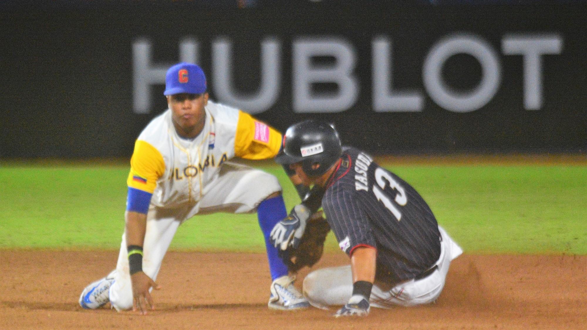 Milton Ramos defends second on a slide by Isanori Yasuda