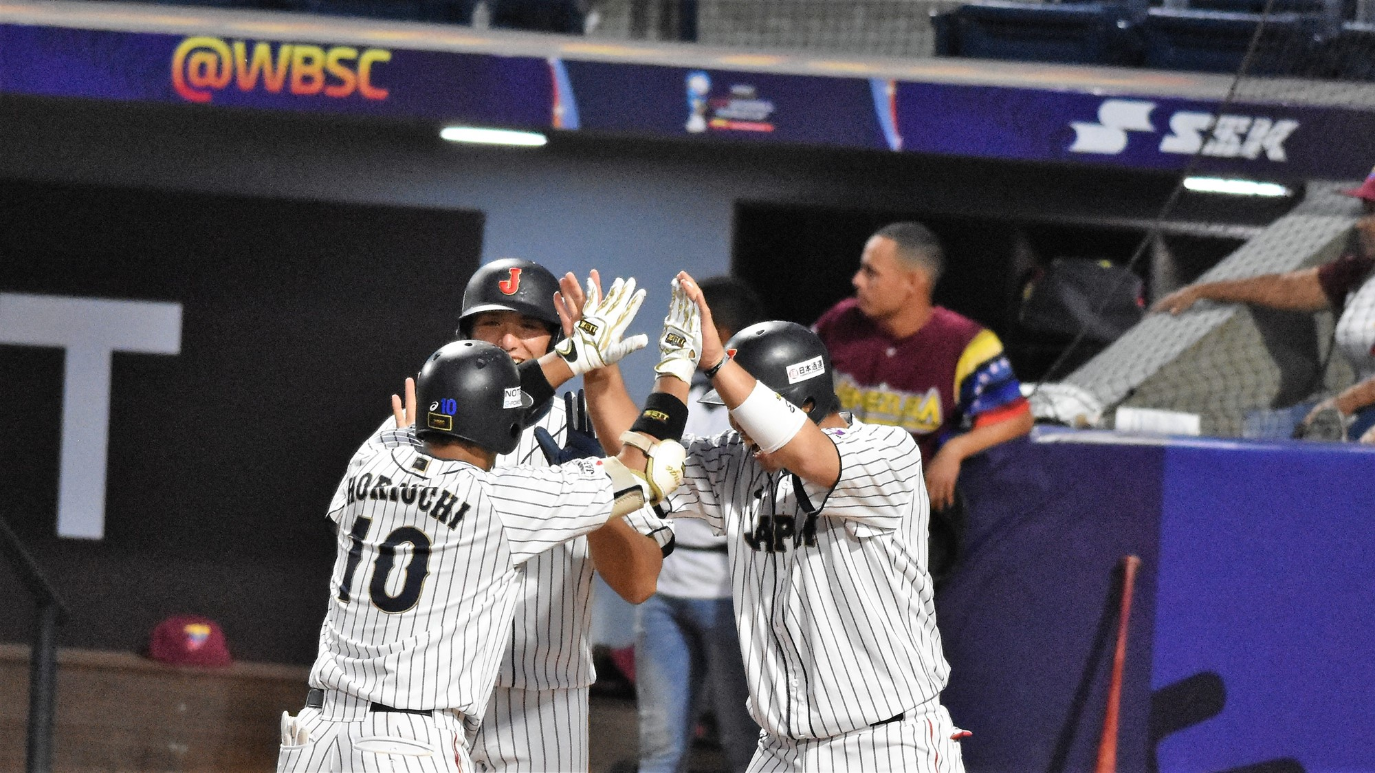 Horiuchi Kengo hit a three run homer in the bottom of the eighth. Here the celebration