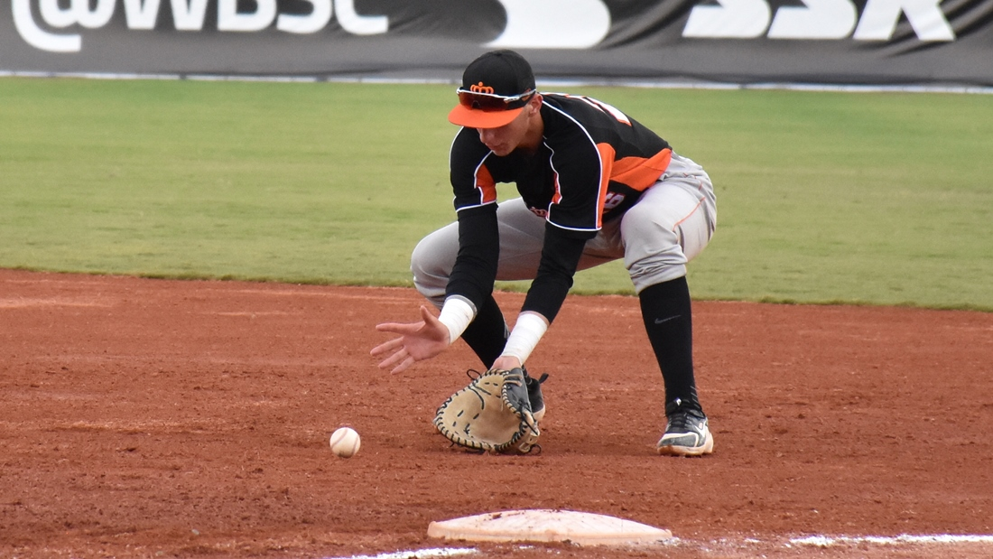 Tijmen Takke fields the ball at first base