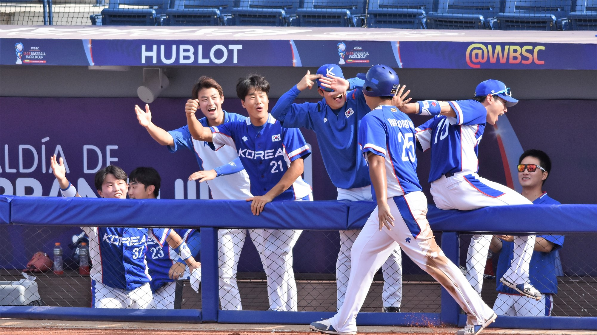 The bronze medal game is tied at four, Korea's dug out explodes with joy