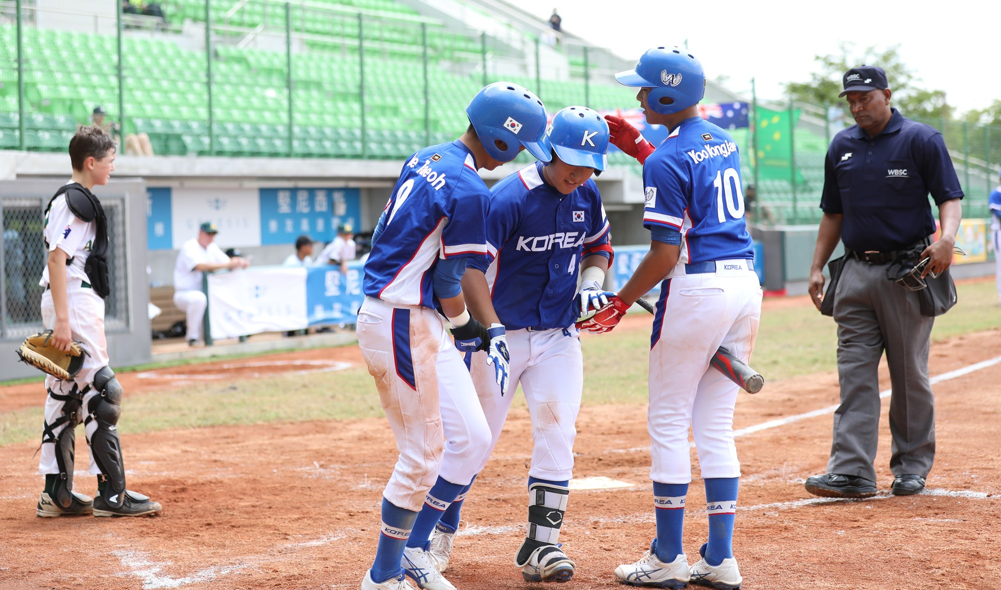 Lee Jaejun welcomed home after his home run