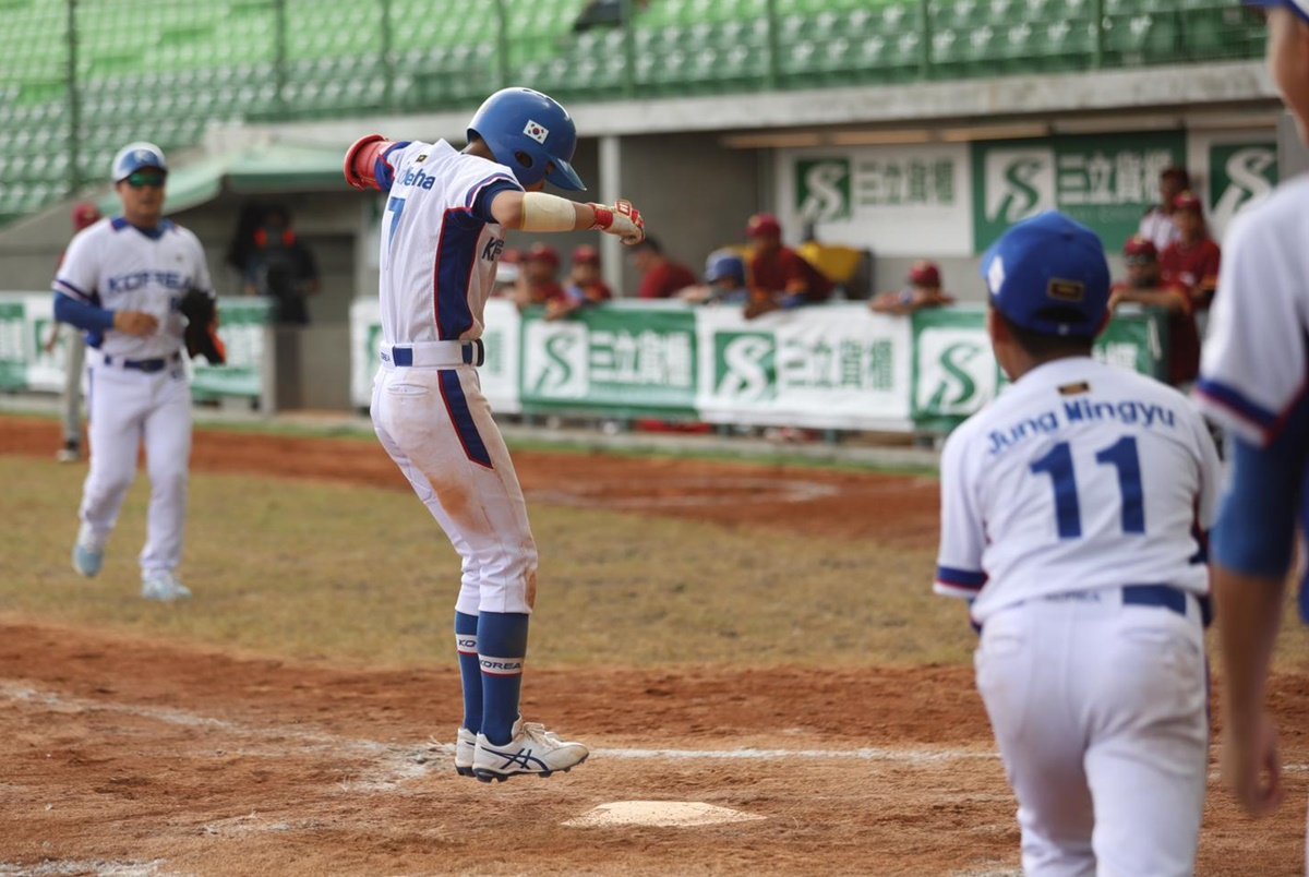 Park Yeohan scores the winning run