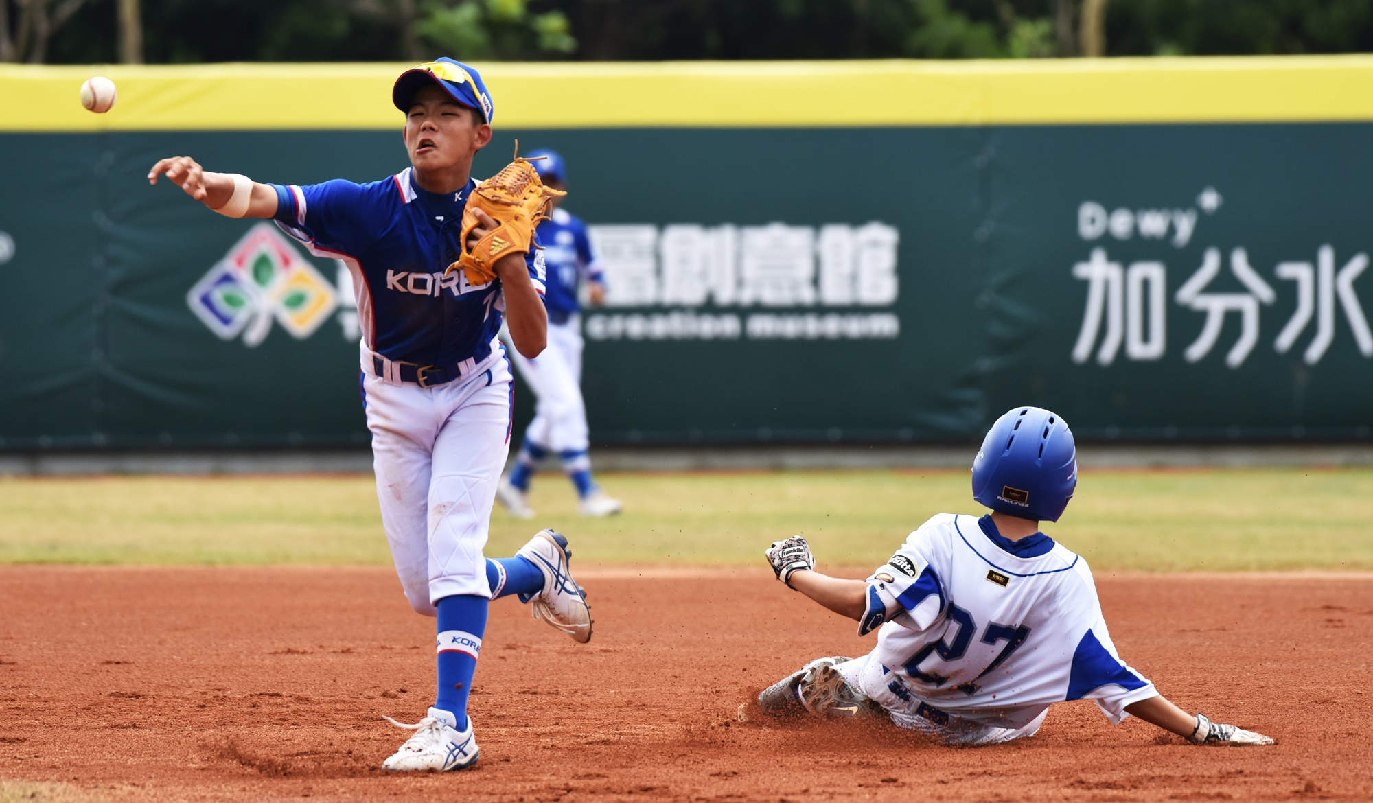 Italy played a brave game. Lucciano Munoz tries to reach second against shortstop Park Yechan