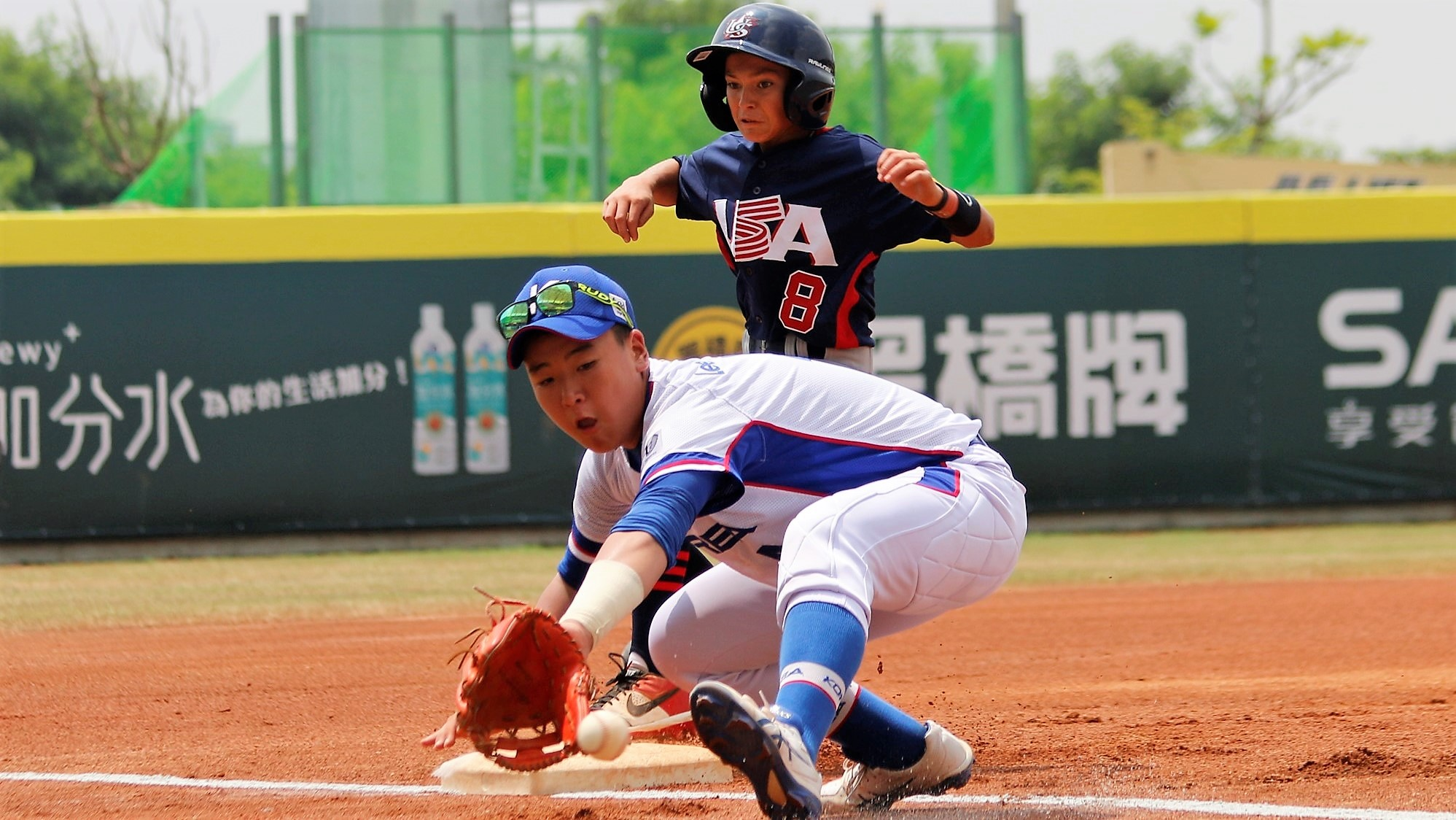 Lee Jaewon gets on base against the USA