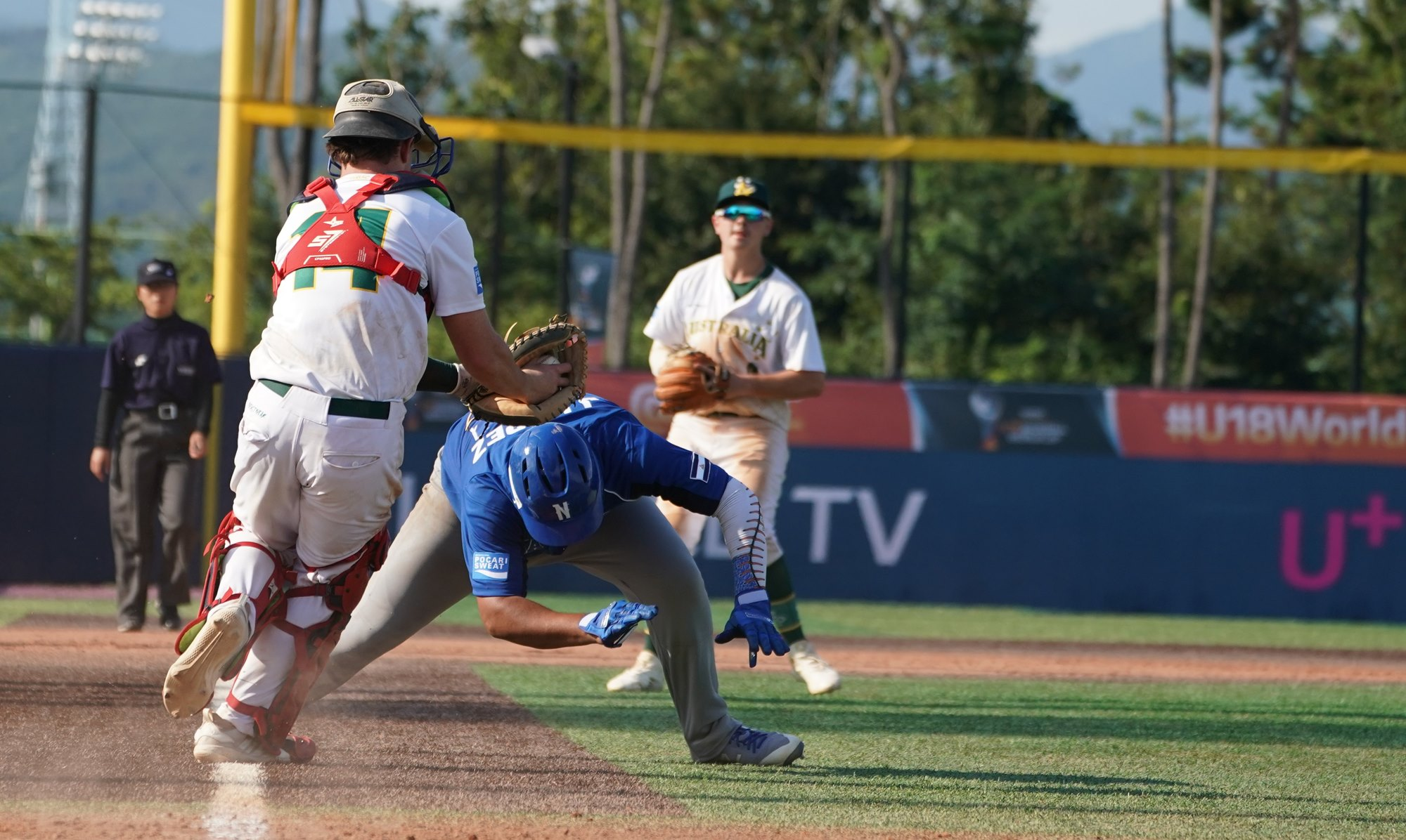 In the top of the ninth Nicaragua lost a runner at home on a failed squeeze play attempt