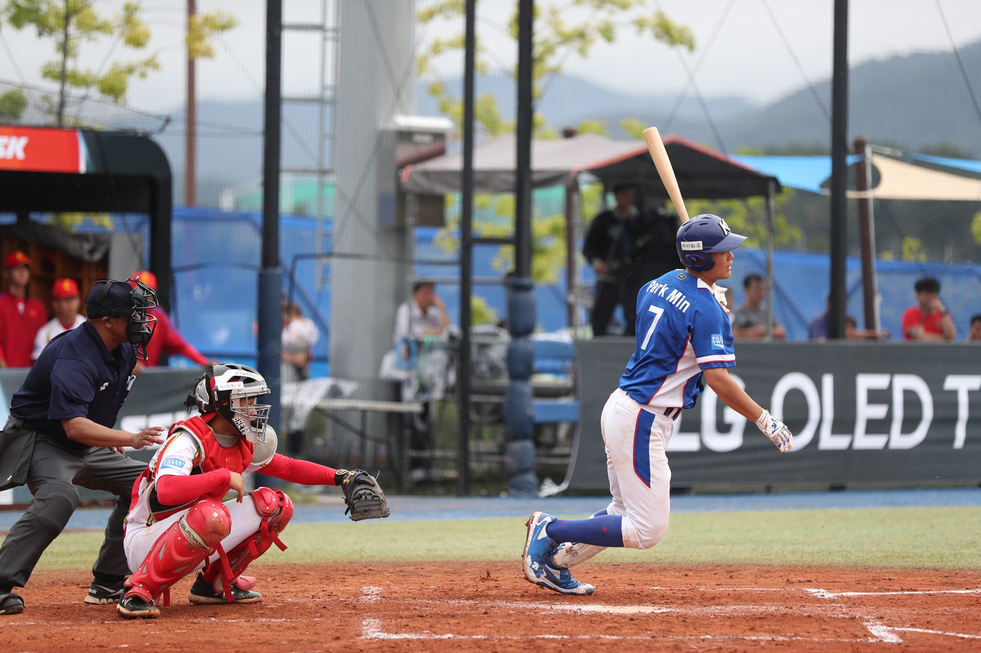 Park Min at bat