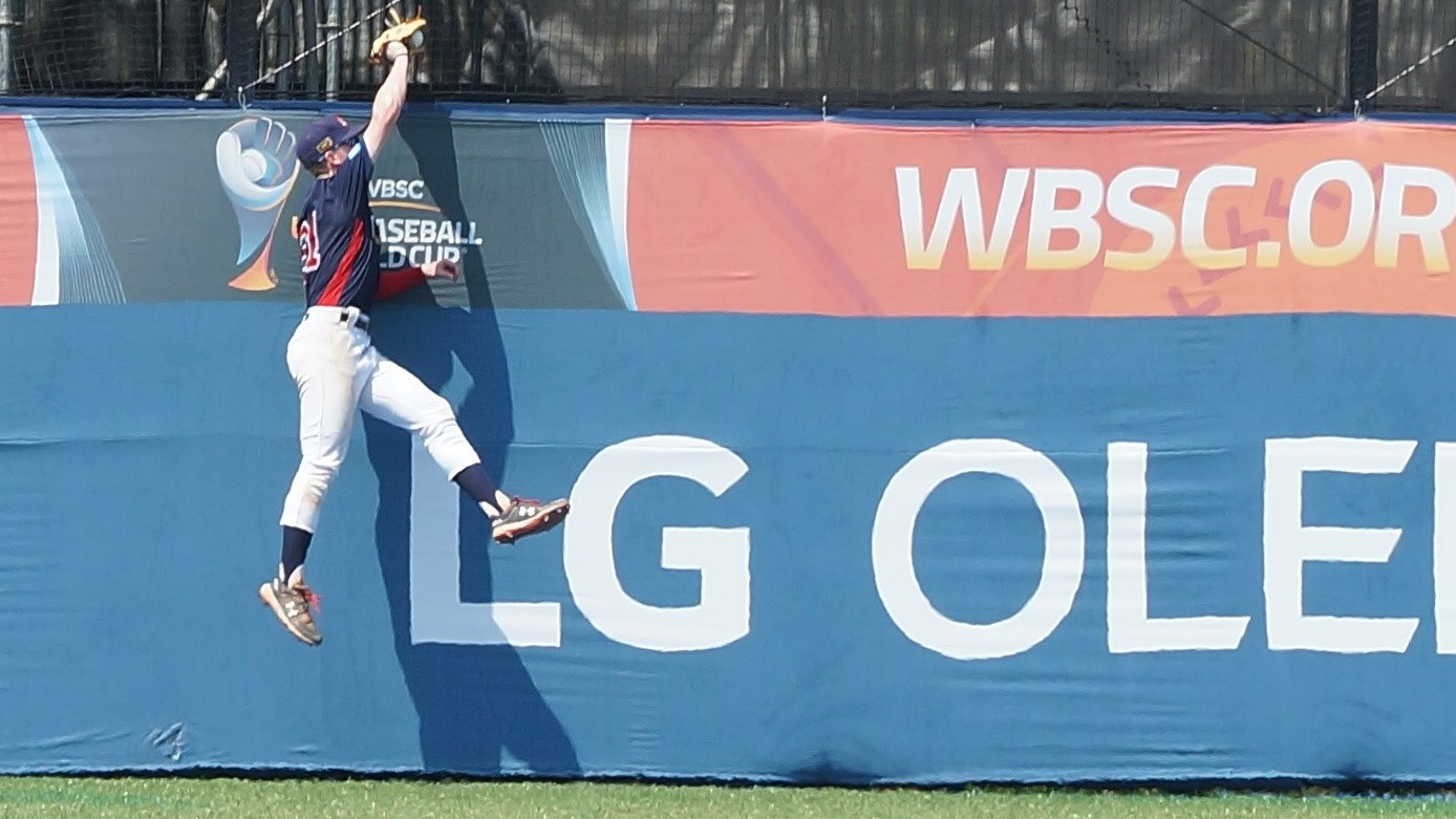 Pete Crow-Armstrong made a super leaping catch inc enter field