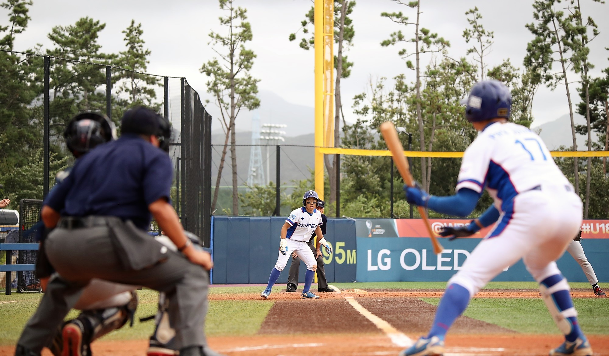 Korea wasted no time to score. Here yu see Parkjuhong at  bat with a runner in scoring position