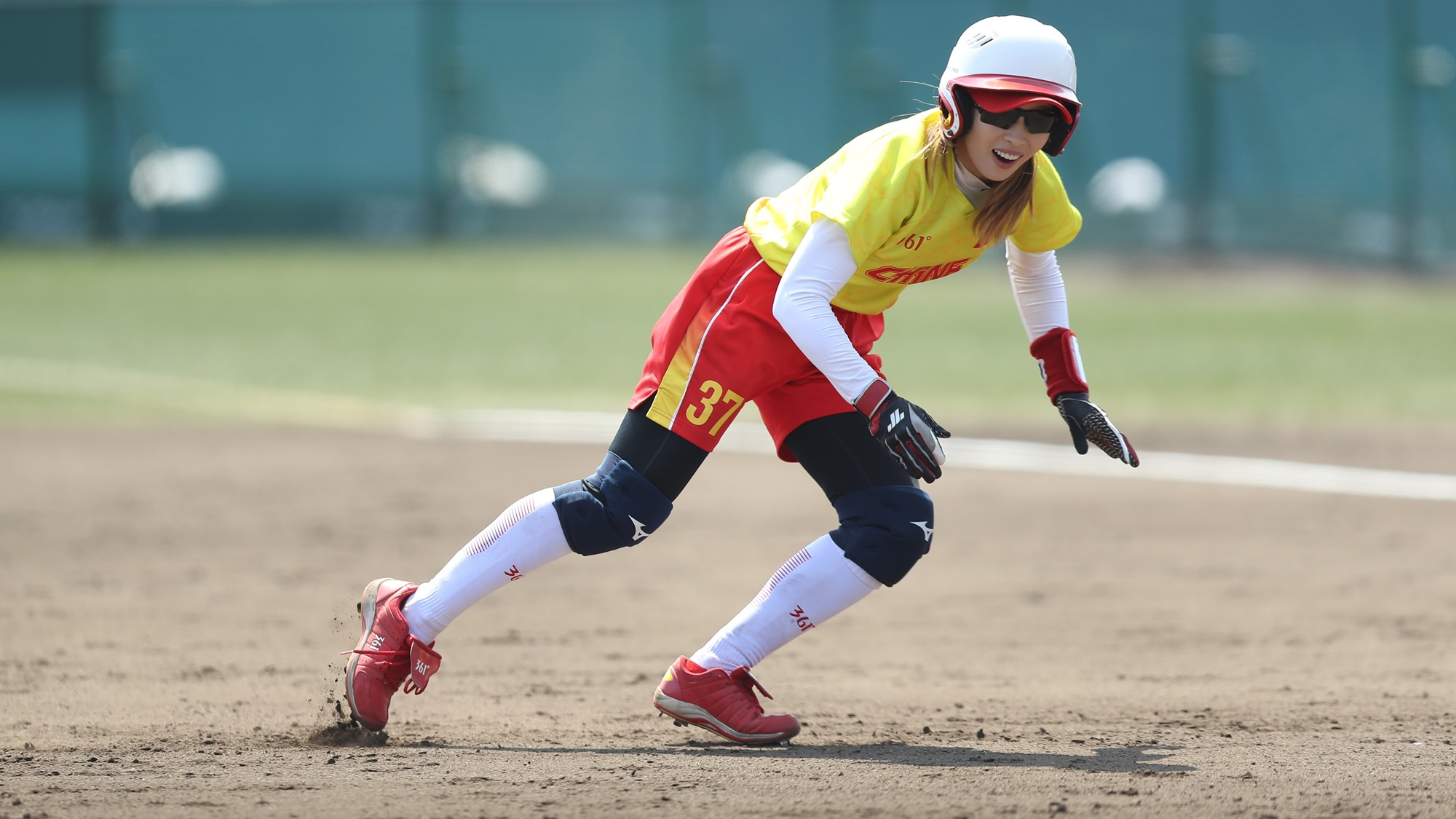 Zhang Yan runs the bases
