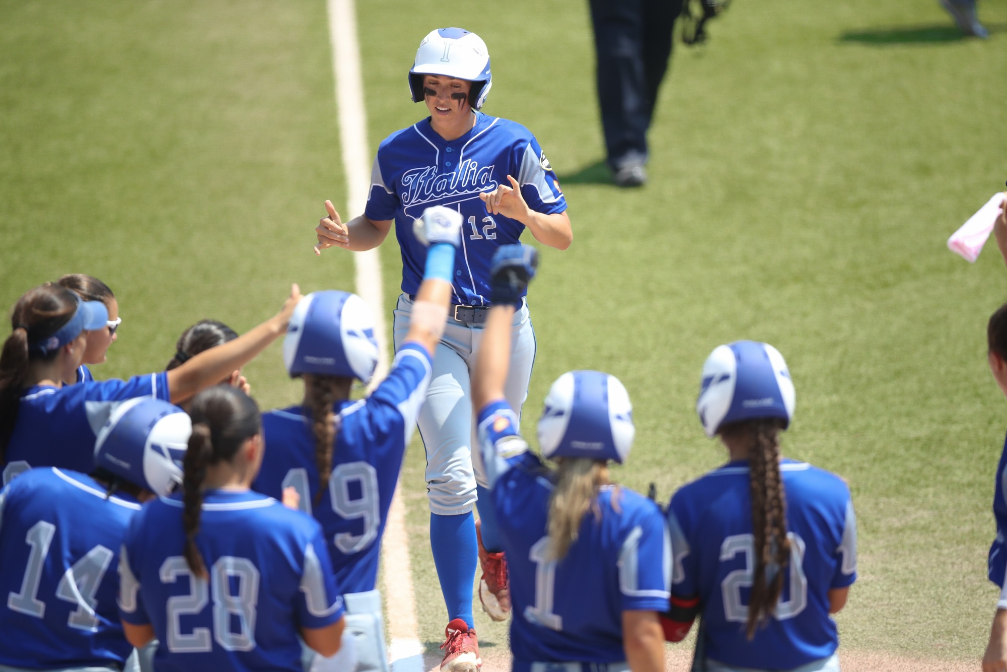 Italy welcomes Amanda Fama after her homer