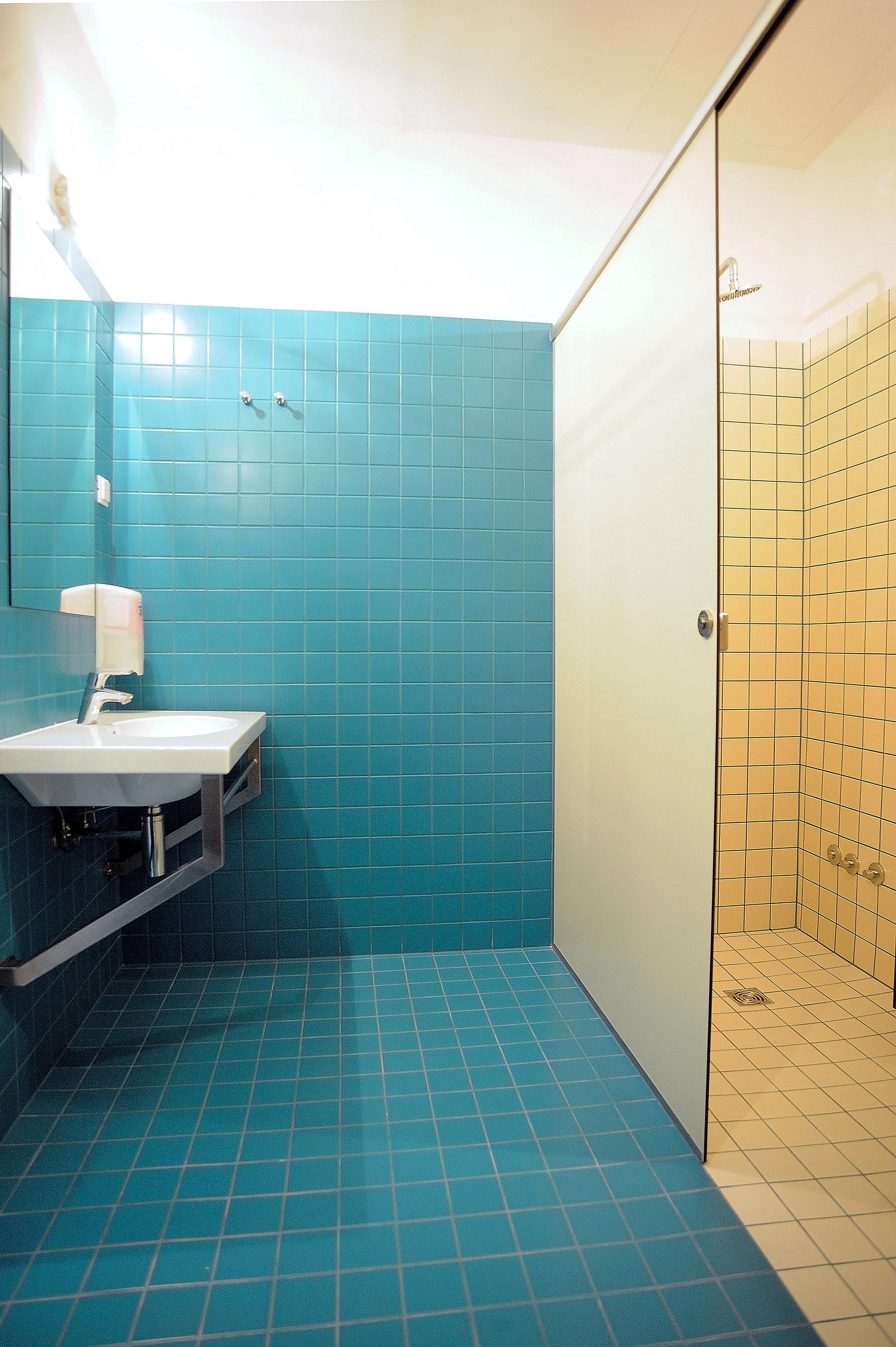 Hostel_Papalinna_en-suite_bathroom