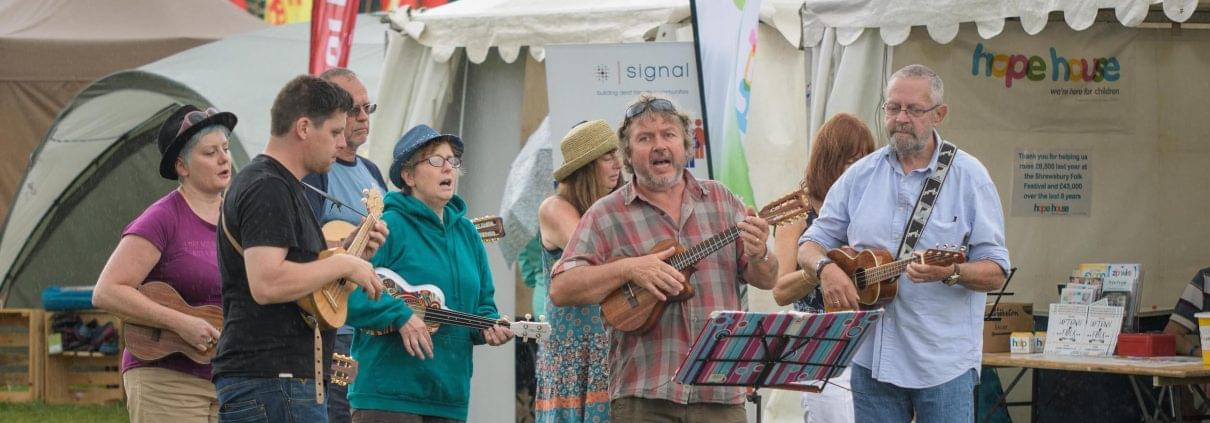 ukulele-players-raising-money-for-hope-house-at-their-stall-at-shrewsbury-folk-festival-photo-by-mike-dean