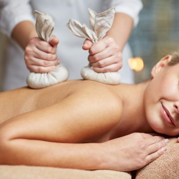 Masaje con Pindas aromáticas - 50 min.