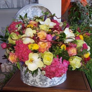 Sombrerera de flores variadas colores cálidos