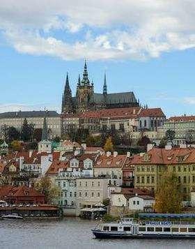View center prague castle   publicdomainpictures min