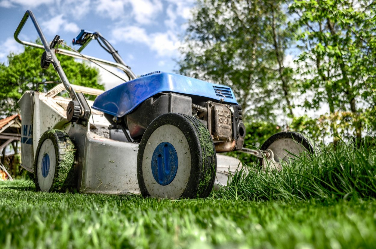 lawnmower-384589_1920.jpg